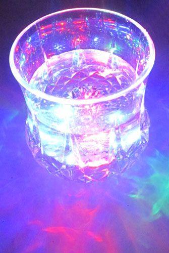 Folyadéktól aktiválódó színesen villogó pohár